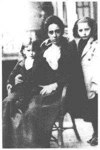 5. Huidobro a los cinco años con su madre y hermana mayor, 1898.