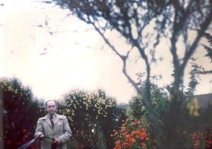 65. VH regando en su  jardín, Cartagena, 1943