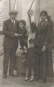 29. VH y familia en barco con rumbo a París