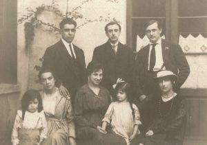 36. Huidobro, Lipchitz, Gris, junto a sus respectivas esposas e hijos.